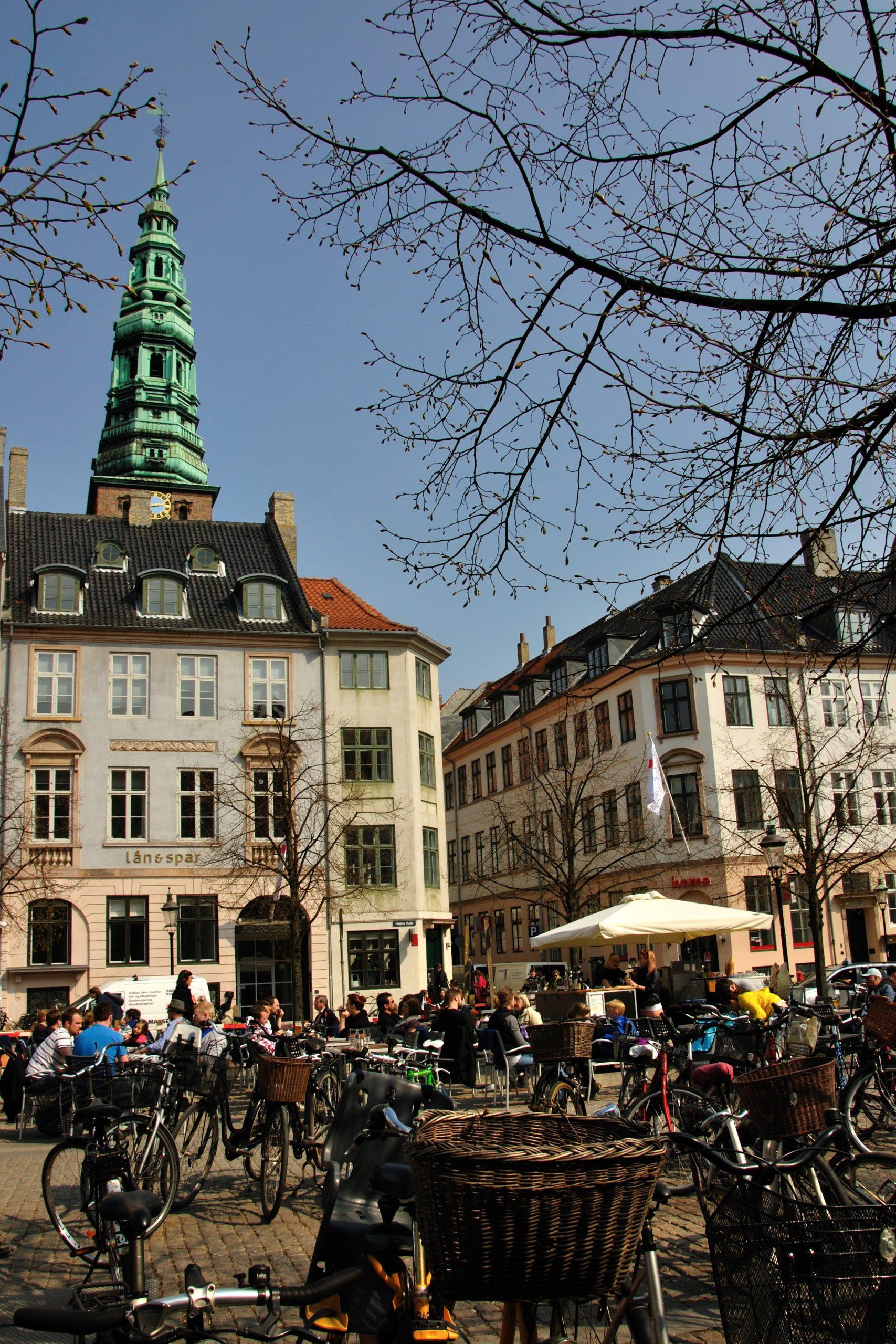 I dag herinde skal vi tale om ejendomsservice i København. Jeg er så glad for, at I er kommet forbi og vil høre om mine gode råd og tips. Det fungerer sådan, at I kan få en vicevært